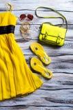 Vestito giallo con la borsa della calce Immagini Stock