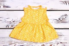 Vestito giallo sveglio dal cotone della neonata Fotografie Stock Libere da Diritti