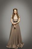 Vestito lungo dalla donna, modello di moda nel Gray storico dell'abito Immagine Stock Libera da Diritti