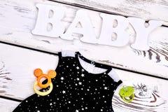 Vestito modellato il nero infantile dalla ragazza Fotografia Stock
