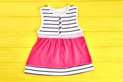 Vestito moderno da estate della neonata Immagine Stock