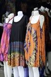 Vestito multicolore dalla tintura del legame al mercato di fine settimana Immagine Stock