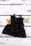 Vestito nero da estate del cotone della neonata Immagine Stock