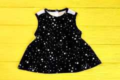 Vestito nero dalla stampa delle stelle della neonata Fotografia Stock Libera da Diritti