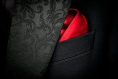 Vestito nero della mafia con il fazzoletto rosso Immagine Stock