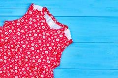 Vestito operato rosso dalla ragazza del bambino del bambino Immagine Stock