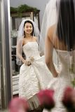 Vestito pieno d'ammirazione dalla sposa. immagini stock
