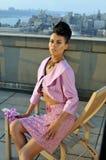 Vestito rosa d'uso di modello di alte mode che posa sul tetto Immagini Stock