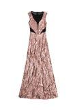 Vestito rosa lungo dallo zecchino dell'oro, isolato su fondo bianco Immagini Stock