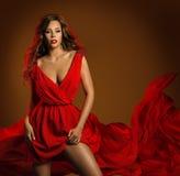 Vestito rosso dalla donna sexy di modo, ragazza di bellezza di fascino, dinamica Immagine Stock Libera da Diritti