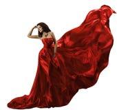Vestito rosso dalla donna su tessuto di seta volante bianco e d'ondeggiamento, modo di bellezza Immagini Stock Libere da Diritti