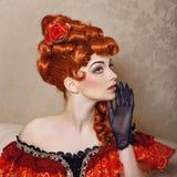 Vestito rosso dalla ragazza Immagini Stock