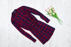 Vestito rosso a quadretti e un mazzo dei tulipani concetto alla moda Fotografie Stock Libere da Diritti