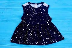 Vestito senza maniche dal cotone della neonata Fotografie Stock Libere da Diritti
