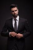 Vestito serio del nero del giovane Fotografie Stock