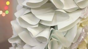 Vestito specializzato dalla carta fatta a mano sul manichino femminile, decorazioni della sfilata di moda archivi video