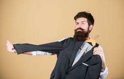 Vestito su ordine Sarto barbuto dei sarti di modo dell'uomo Vestito su ordinazione elegante Adattamento e progettazione dei vesti fotografia stock