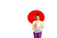 Vestito tailandese d'uso da tradizione della bella donna asiatica con l'ombrello Fotografia Stock Libera da Diritti