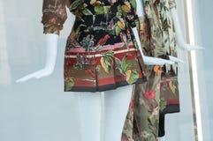 vestito variopinto sul manichino nella sala d'esposizione del deposito di modo delle donne immagine stock