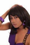 Vestito viola dalla giovane donna dell'afroamericano del ritratto immagine stock libera da diritti