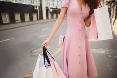 Vestiu Fashionably a mulher nas ruas de uma cidade pequena, conceito de compra foto de stock