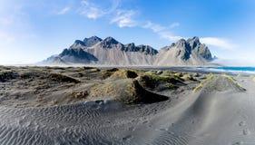Vestrahorn è un'alta montagna dei 454 tester che trascura l'Atlantico Immagine Stock