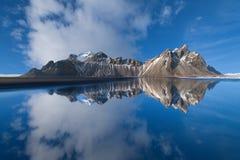 Vestrahorn bergreflexioner i Island Fotografering för Bildbyråer
