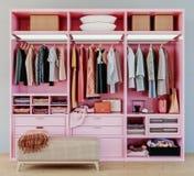 Vestuário cor-de-rosa moderno com a roupa que pendura no trilho na caminhada no interior do projeto do armário foto de stock royalty free