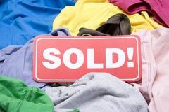Vestuário em uma venda do mercado de pulga Fotografia de Stock