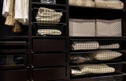 Vestuário organizado do armário Imagem de Stock