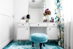 vestuario branco, feminino com a tabela minimalista da vaidade e espelho fotografia de stock
