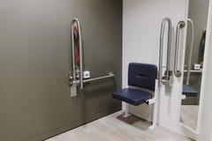 Vestuario discapacitado con los carriles del gancho agarrador y paquete del asiento doc. m en tienda de la tienda fotos de archivo