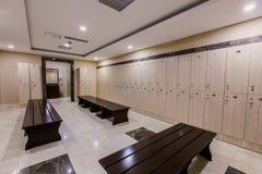 Vestuario en el hotel o el gimnasio, escalas de madera imágenes de archivo libres de regalías