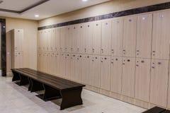 Vestuario en el hotel o el gimnasio, escalas de madera fotos de archivo libres de regalías