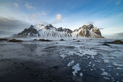 Vesturhorn con la playa del hielo foto de archivo