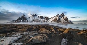 Vesturhorn con la spiaggia e la vegetazione del ghiaccio Fotografia Stock