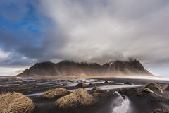 Vesturhornberg en zwarte zandduinen, IJsland Stock Afbeelding
