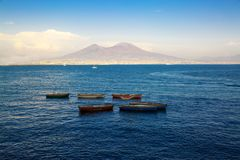 Vesuv-Ansicht von Neapel-Bucht, alte Boote auf dem Meer Lizenzfreie Stockbilder
