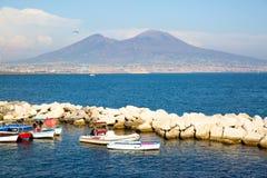 Vesuv-Ansicht von Neapel-Bucht, alte Boote auf dem Meer Stockbilder