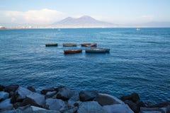 Vesuv-Ansicht von Neapel-Bucht, alte Boote auf dem Meer Lizenzfreie Stockfotografie