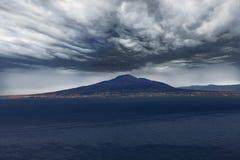 Vesuvio debajo de las nubes siniestras Imagen de archivo