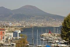 Vesuvio och Naples hamn Arkivfoton