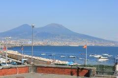Vesuvio och Naples hamn Arkivbild