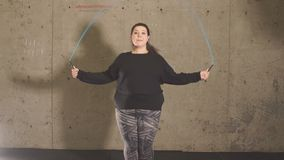 Vet meisje in de gymnastiek die met een springtouw werken stock footage