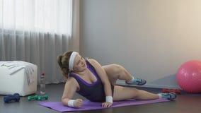 Vet meisje die geleidelijk aan doel die om gewicht naderen te verliezen, reusachtige inspanning toepassen stock video