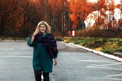 Vet mooi meisje buiten in de herfst stock afbeelding