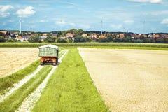 vete för sommar för dagfält varmt Maskin som arbetar i fält Arkivfoto