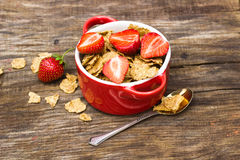 Vete flagar med jordgubbestycken i en keramisk kruka Royaltyfri Fotografi