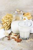 Vete och mandeln mjölkar med sädesslag på tappningbakgrund Royaltyfri Foto