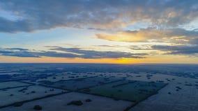 Vetefält Härligt landskap från en höjd i solnedgångtid Foto från höjden Royaltyfri Fotografi
